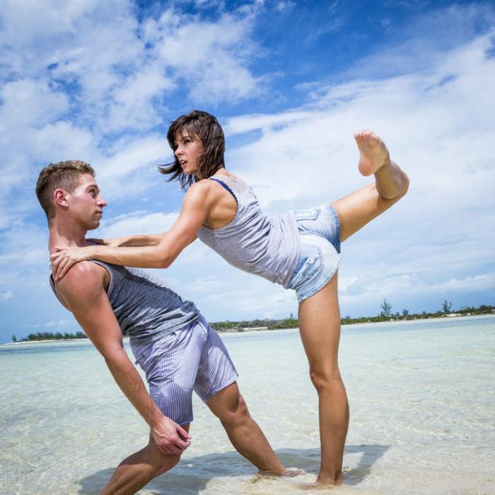 Paar am Strand auf den Bahamas