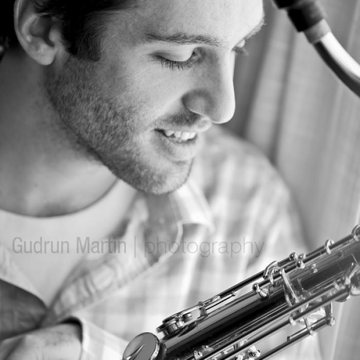 Mann mit Saxofon am Fenster