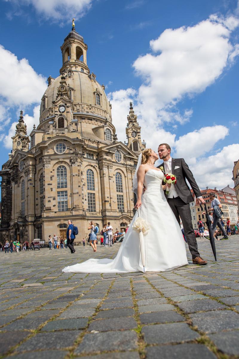 Hochzeitspaar vor Dresdner Frauenkirche