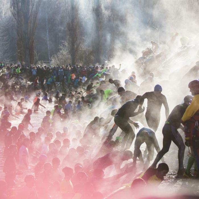 OCR-Athleten überwinden im Wettkampf einen Wassergraben