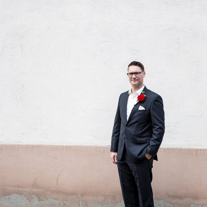 Bräutigam vor Hauswand