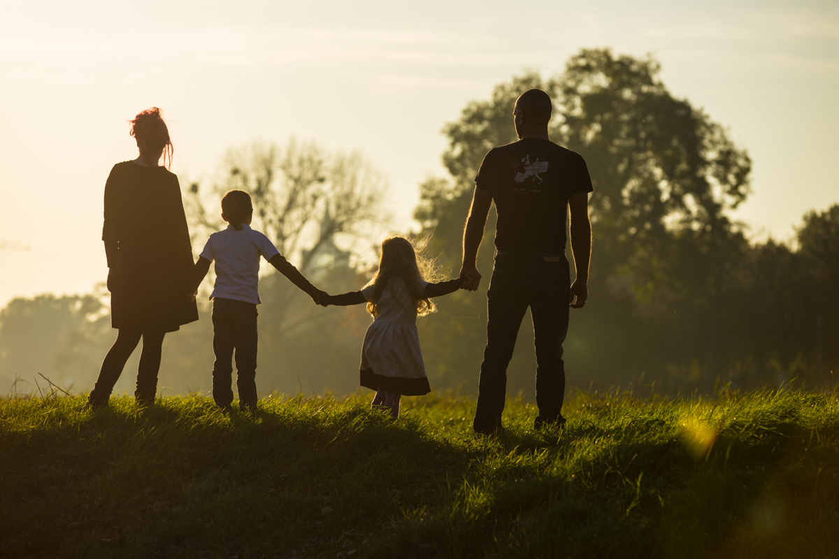 Eltern mit zwei Kindern in der Rückansicht