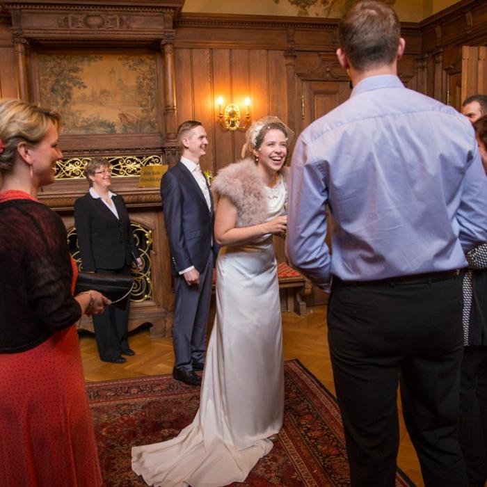 Hochzeitsgesellschaft mit lachender Braut