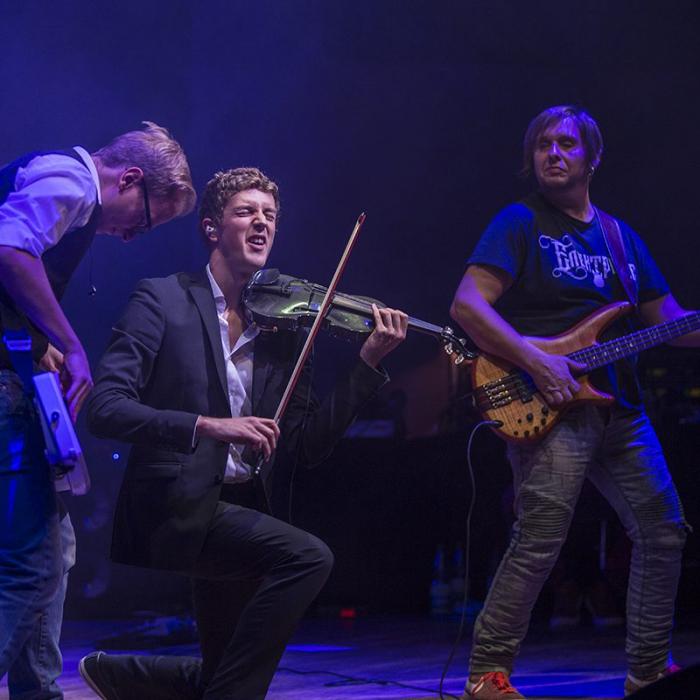 Drei Musiker auf einer Bühne