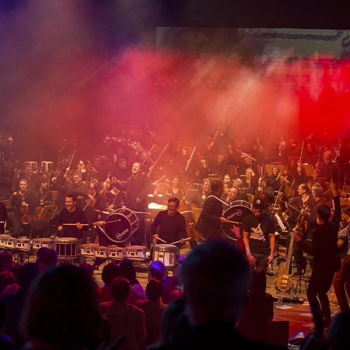 Sinfonie-Orchester und Band auf Bühne