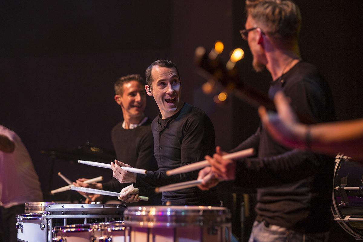 Drei Schlagzeuger auf Bühne