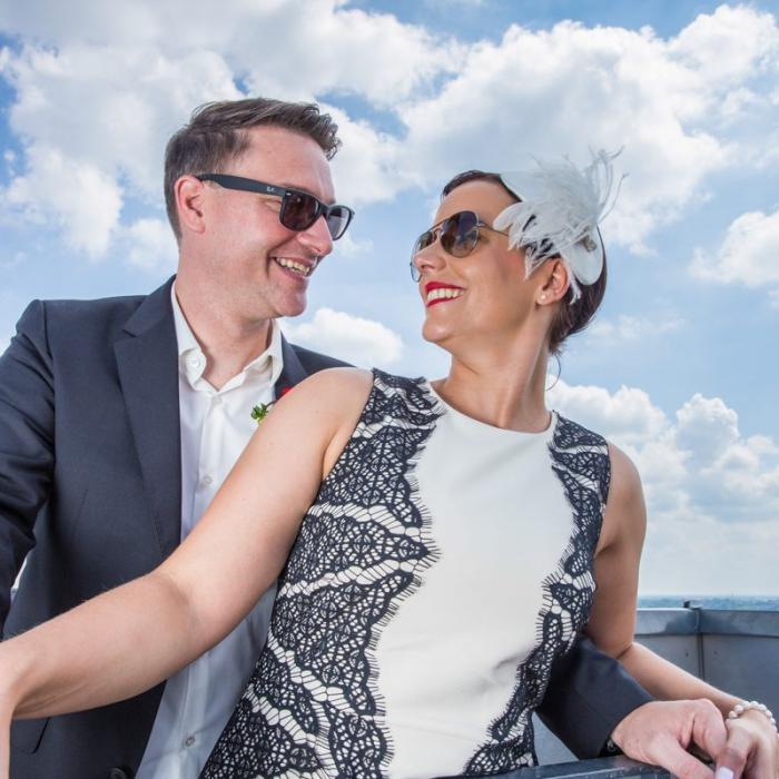 Hochzeitspaar mit Sonnenbrillen schaut sich an