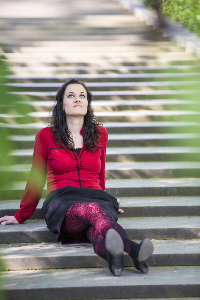 Junge Frau sitzt auf einer Treppe