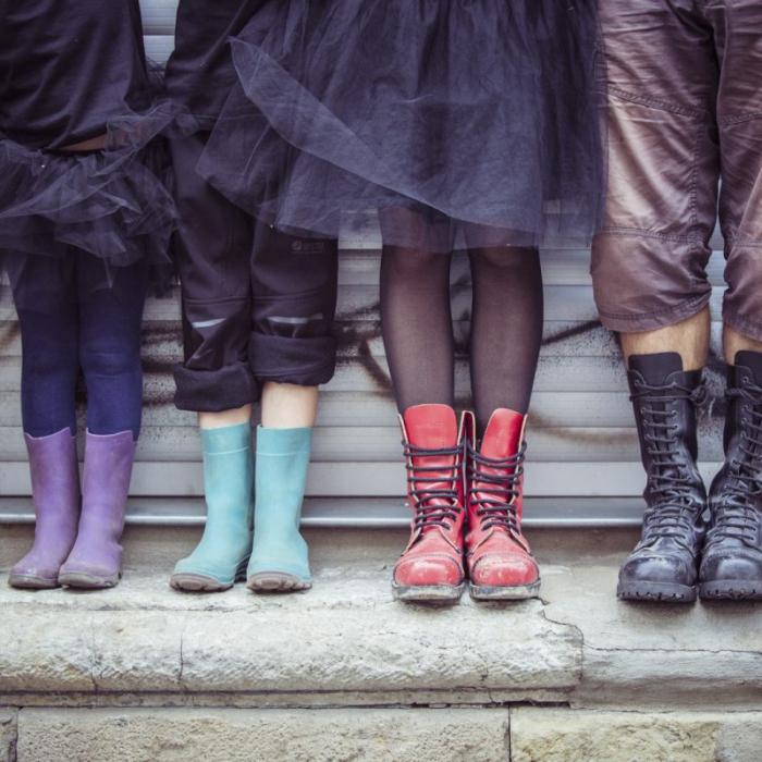 Vier Paar Füße mit Schuhen